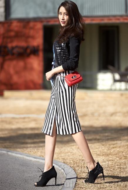 马苏初春街拍 性感着装演绎熟女时尚